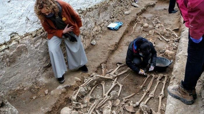 La consellera de Justicia Ester Capella visita la excavación de la fosa común del cementerio de Salomó
