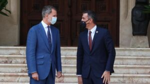 El rey Felipe VI (i) y el presidente del Gobierno, Pedro Sánchez, minutos antes del comienzo de un despacho programado sobre asuntos oficiales en el palacio de Marivent de Palma. En Palma de Mallorca, Islas Baleares, (España)
