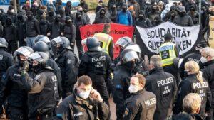Policías antidisturbios y contramanifestantes en una convocatoria de Pensamiento Lateral prohibida en Bremen, Alemania