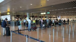 Personas guardando distancia en el aeropuerto de Bruselas