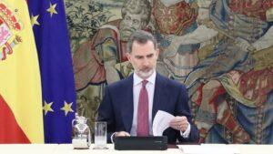 El Rey Felipe VI durante una reunión con el presidente del Gobierno, Pedro Sánchez, y el Comité de gestión técnica del coronavirus en el Palacio de la Zarzuela, en Madrid