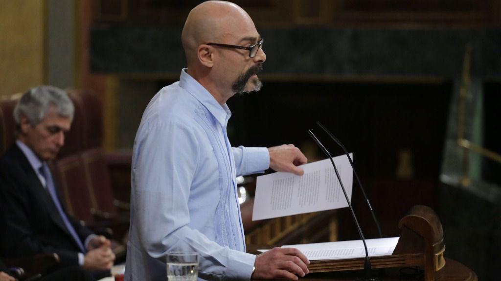 El diputado de Unidas Podemos Txema Guijarro interviene desde la tribuna en el Congreso de los Diputados