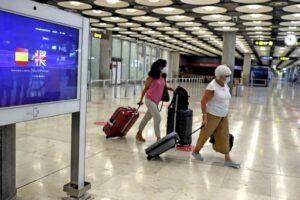 Dos pasajeras con maletas en la terminal T1 del Aeropuerto de Madrid-Barajas Adolfo Suárez