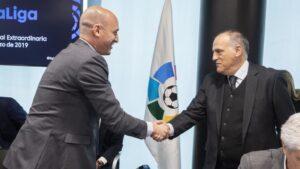 Luis Rubiales, presidente de la Real Federación Española de Fútbol (RFEF), con el presidente de LaLiga, Javier Tebas