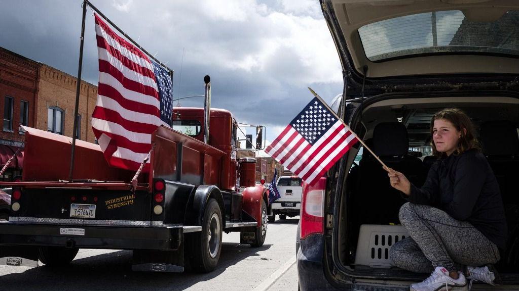 Una mujer sostiene una bandera de EEUU