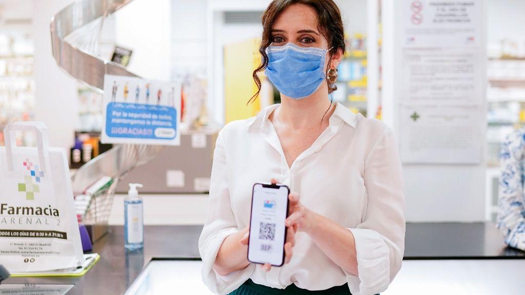 La presidenta de la Comunidad de Madrid, Isabel Díaz Ayuso, presenta la tarjeta sanitaria virtual, el pasado mes de junio