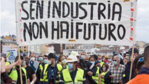 Trabajadores de Alcoa caminan por la calle con una pancarta en la que se lee 'Sen Industria Non Hay Futuro', durante una nueva manifestación en Foz, Lugo, Galicia