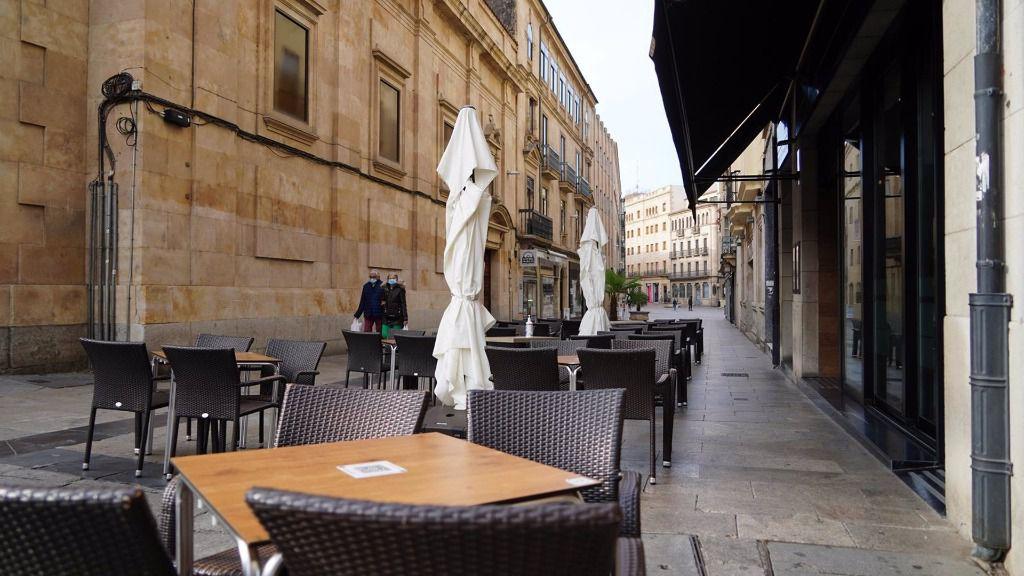 Terraza de un bar vacía en Salamanca, Castilla y León