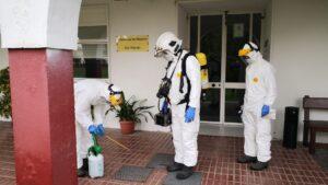 Imagen de técnicos de la Diputación de Sevilla en tareas de desinfección de residencias de municipios de la provincia