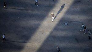 Personas paseando por Alexanderplatz, en Berlín