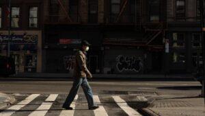 Una persona en Nueva York durante la pandemia de coronavirus