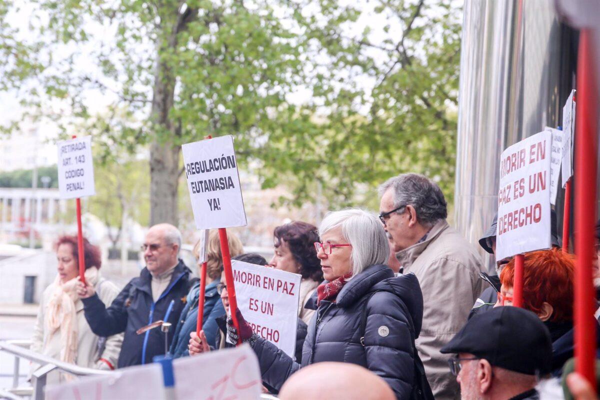 Defensores de la eutanasia participan con pancartas reivindicativas en una manifestación frente a los Juzgados de Plaza de Castilla organizada por la Asociación Derecho a Morir Dignamente