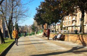 Jubilados y pensionistas en un parque de Oviedo