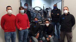 Equipo del instituto universitario CMT-Motores Térmicos junto a su prototipo de contenedor autónomo ultrafrío (CAU)
