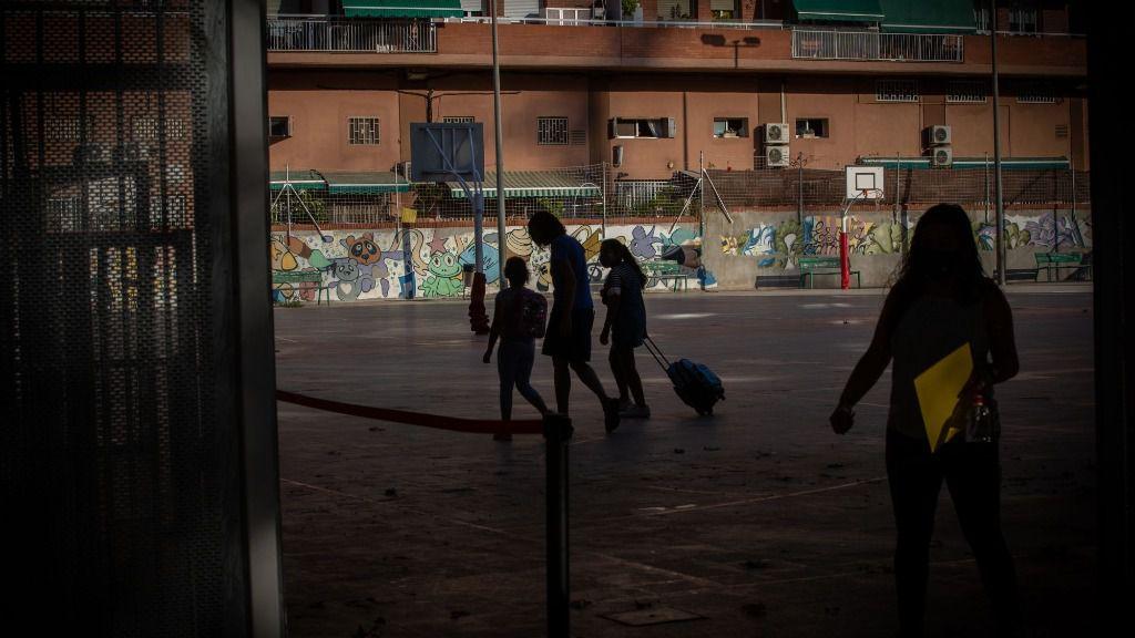 días lectivos Padres y alumnos en el patio de un colegio durante el primer día del curso escolar 2020-2021, en Barcelona, Catalunya (España), a 14 de septiembre de 2020