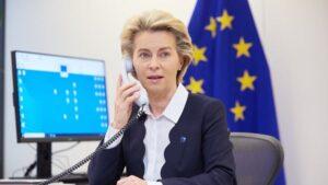 La presidenta de la Comisión Europea, Ursula von der Leyen, hablando por teléfono