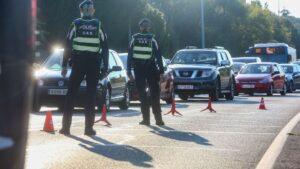 Agentes de policía municipal durante un control efectuado en la Carretera de Castilla