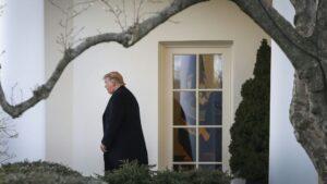 El presidente de Estados Unidos, Donald Trump, sale de la Oficina Oval de la Casa Blanca, en Washington