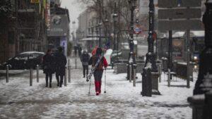 Un hombre camina con un equipo para esquiar en el segundo día de nieve en la capital tras el paso de la borrasca Filomena, en Madrid