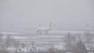 Un avión de la compañía Flypgs en el Aeropuerto de Madrid-Barajas Adolfo Suárez, en Madrid