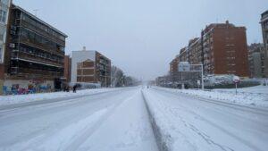 Calzada de la M30 completamente cubierta de nieve en el Paseo de Extremadura a la altura de Batán en Madrid (España) a 9 de enero de 2021