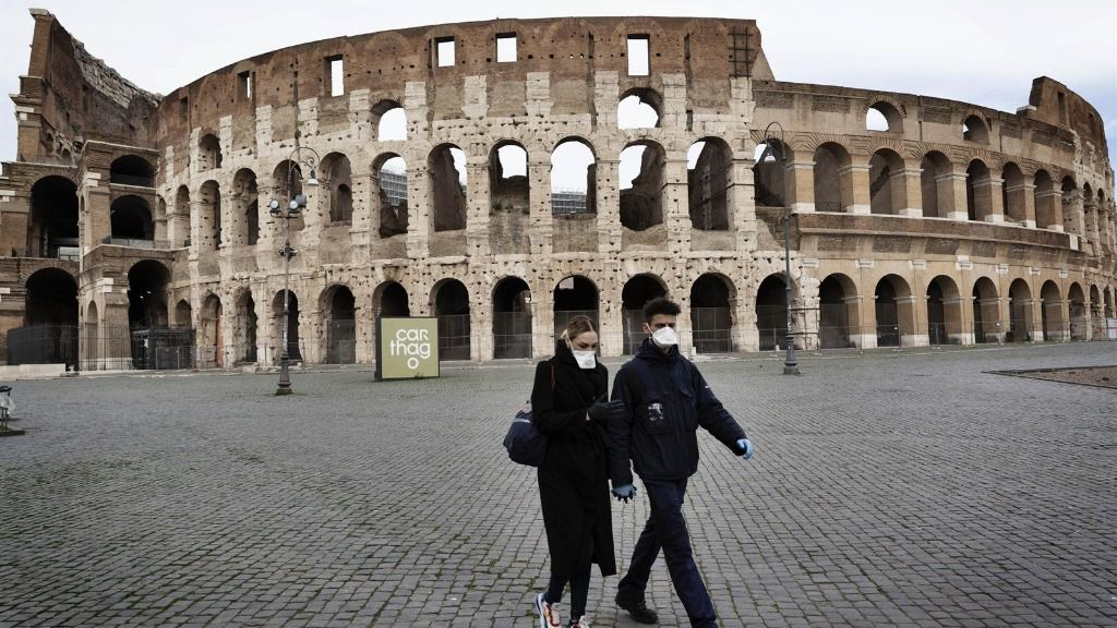 Ciudadanos pasean cerca del Coliseo en Roma