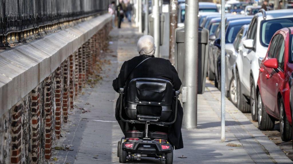 anciana dependencia silla de ruedas