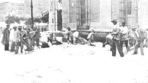 Cuadrilla de obreros barriendo la nieve en Madrid tras la nevada de 1904. Fotografía publicada en Nuevo Mundo y digitalizada por la BNE