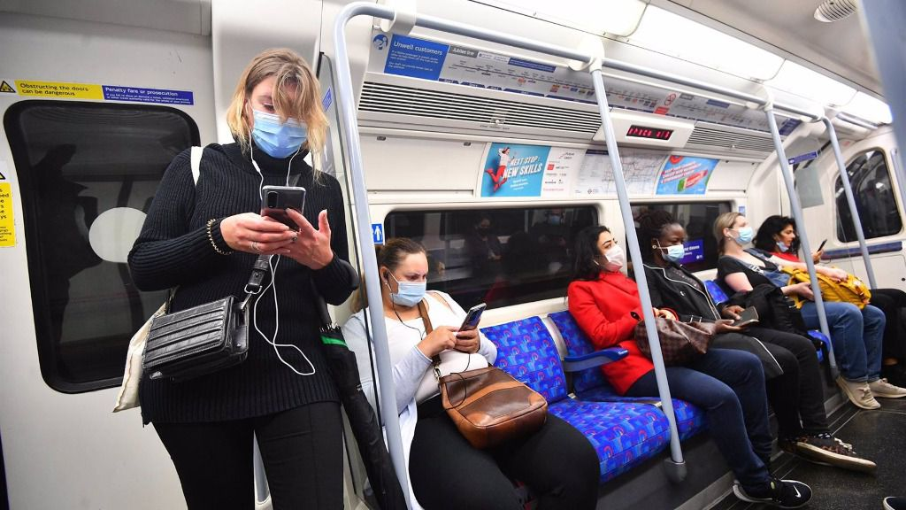 Pasajeros con mascarillas en el metro de Londres reino unido coronavirus