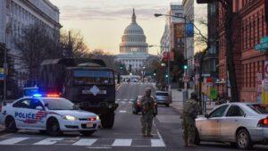 Efectivos de la Policía y la Guardia Nacional de Estados Unidos en un control cerca del Capitolio de cara a la investidura de Joe Biden