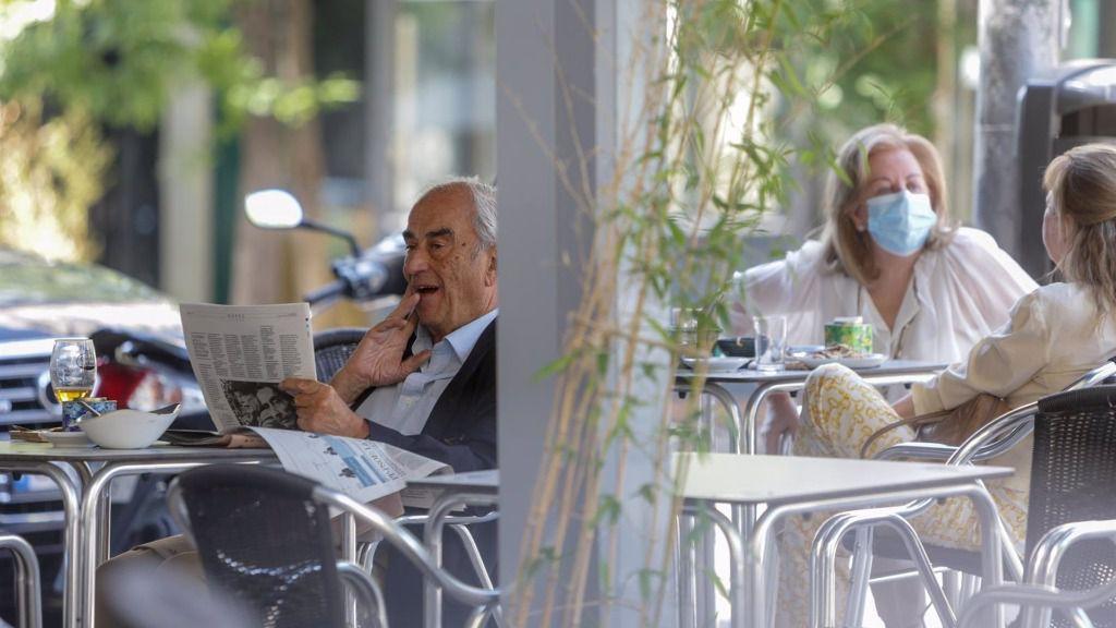 Varias personas en una terraza de un restaurante de Madrid (España)