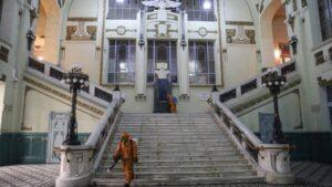 Trabajos de desinfección en una estación ferroviaria de San Petersburgo rusia coronavirus