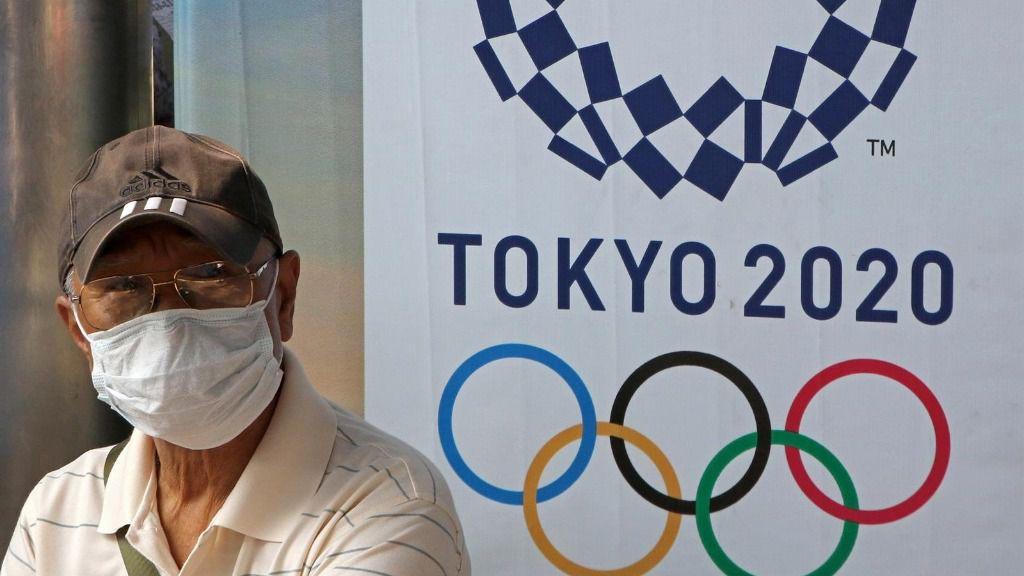 Un hombre con una mascarilla, debido al coronavirus, en un acto de los Juegos Olímpicos de Tokio 2020