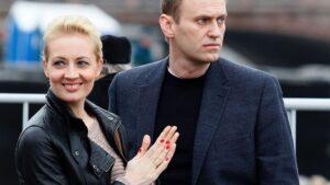 Alexei Navalni con su mujer, Julia, en un acto en Rusia