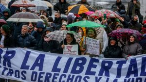 Manifestantes participan en la concentración convocada por el centro de la capital contra las medidas impuestas y la crisis sanitaria de la COVID-19, en Madrid, (España), a 23 de enero de 2021