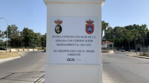 Cartel ubicado en la entrada de la Base Naval de Rota