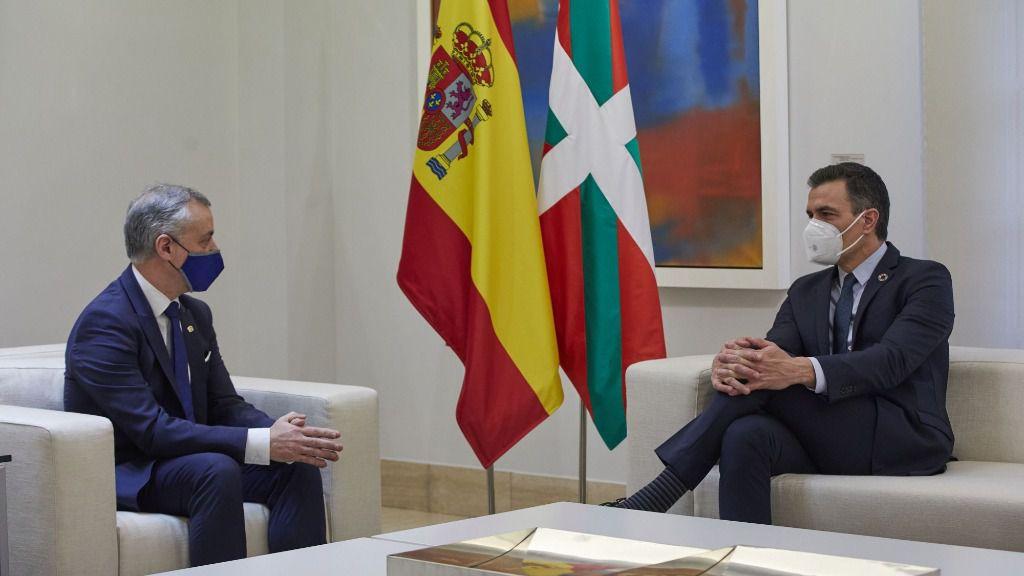 El Lehendakari, Iñigo Urkullu (i) y el presidente del Gobierno central, Pedro Sánchez (d) durante una reunión en el Palacio de La Moncloa