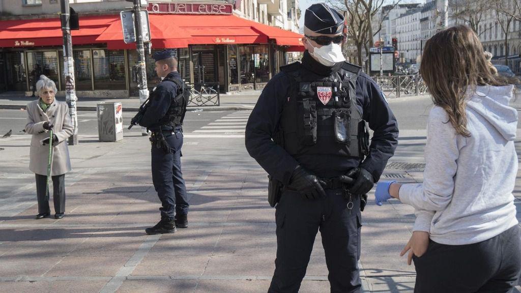 Un policía con mascarilla en París