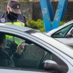 Un agente de la Policía Local realiza un control de movilidad en la salida de Santiago de Compostela hacia la carretera de Ourense, en el barrio de Castiñeiriño, en Santiago de Compostela, A Coruña, Galicia