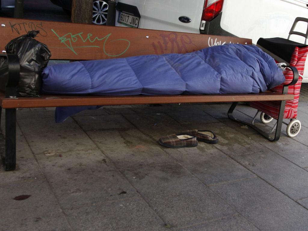 Persona sin hogar banco