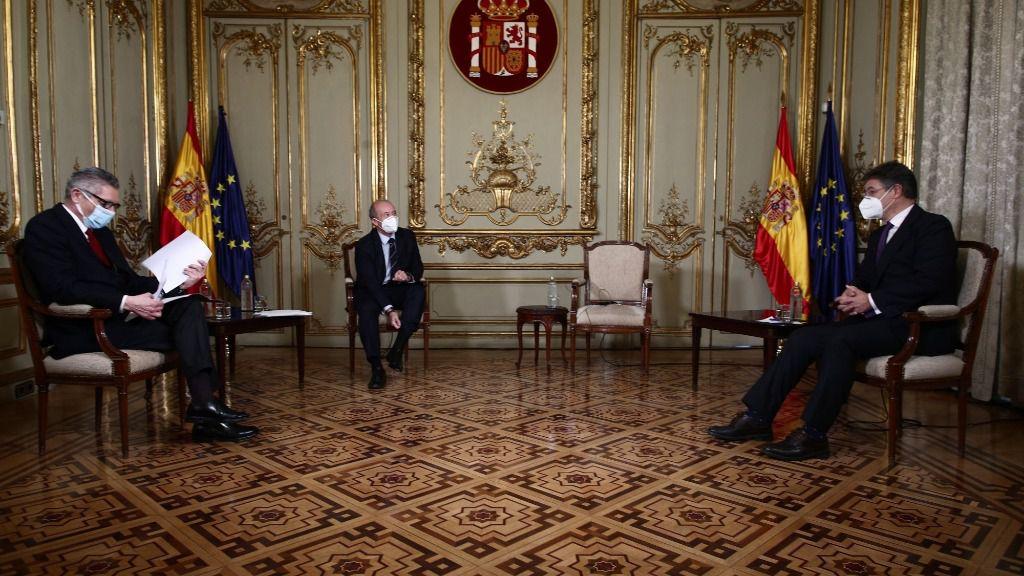 El ministro de Justicia, Juan Carlos Campo (centro) y los exministros Alberto Ruiz-Gallardón (i) y Rafael Catalá (d)