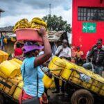 Reparto de agua en Nairobi africa coronavirus