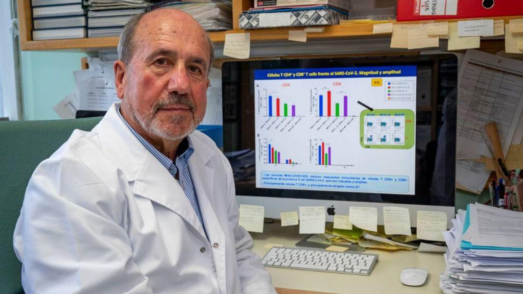 El virólogo Mariano Esteban, en su laboratorio del CNB-CSIC
