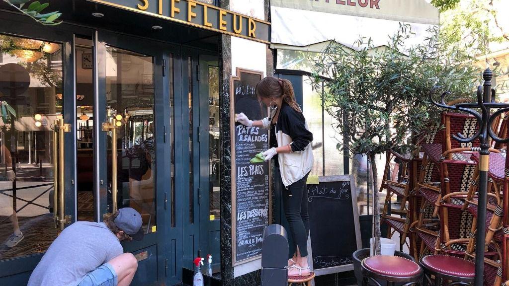 Trabajadores de una cafetería de París en plena pandemia