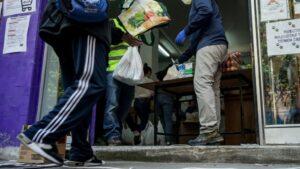 Voluntarios de la Asociación de Vecinos Parque Aluche entregan alimentos y productos donados