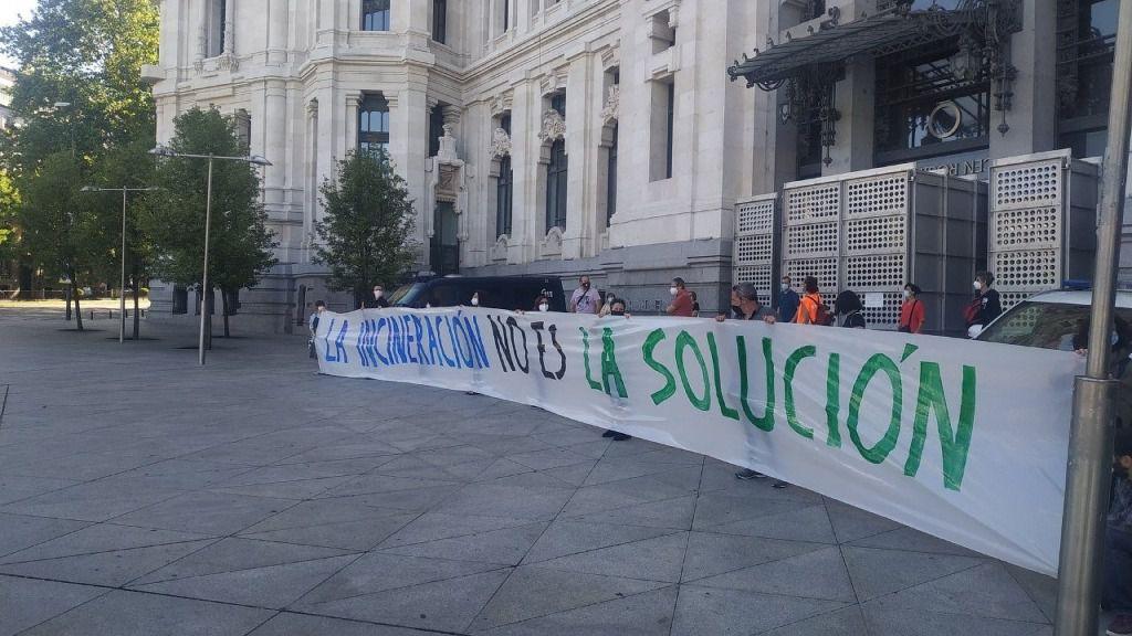 """Colectivos ciudadanos y ecologistas se plantan ante Cibeles al grito de """"incineración no es la solución"""""""