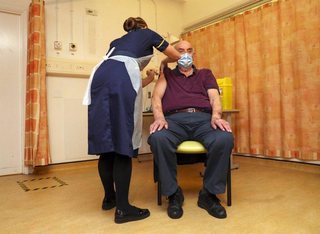 El paciente de diálisis Brian Pinker recibe la vacuna contra la COVID-19 de Oxford y AstraZeneca
