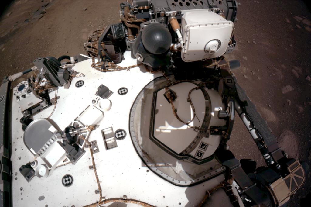 Imagen de la cubierta superior de Perseverance el 20 de febrero de 2021. En la parte superior izquierda de la imagen se aprecia el RDS, el sensor de radiación y polvo de MEDA