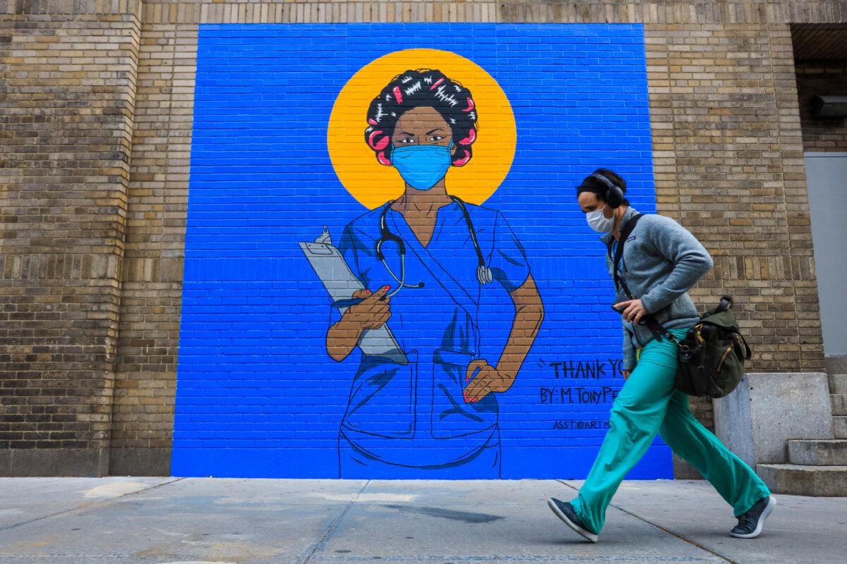 Un hombre pasa junto a un mural en Nueva York (EEUU) durante la pandemia de coronavirus - Vanessa Carvalho/ZUMA Wire/dpa