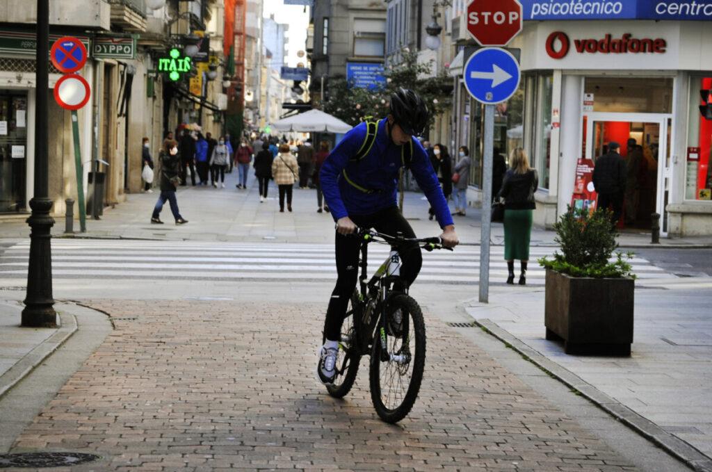 Una persona circula en bicicleta por una vía del centro el mismo día en que se levanta el cierre perimetral del municipio y se reabre la hostelería, en O Carballiño, Ourense, Galicia, (España), a 21 de noviembre de 2020. Esta nueva fase de desescalada se - Rosa Veiga - Europa Press - Archivo